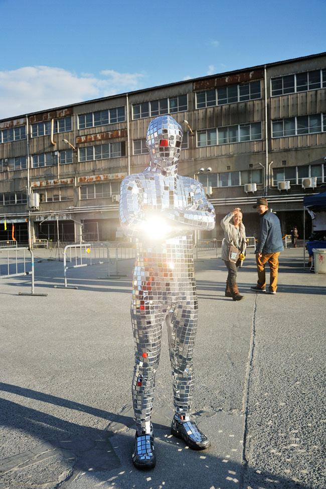 Banri: Der Diskokugelmann - Mirror-Ball Man