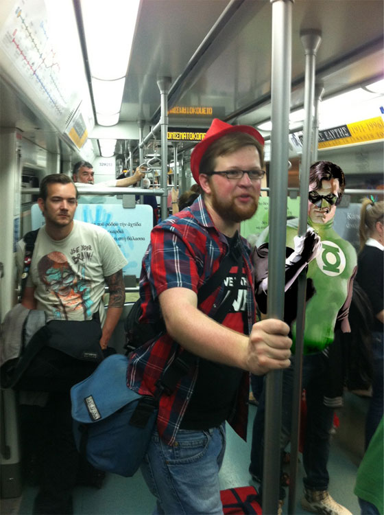 Superhelden in der Athener U-Bahn (mit Green Lantern im Hintergrund)